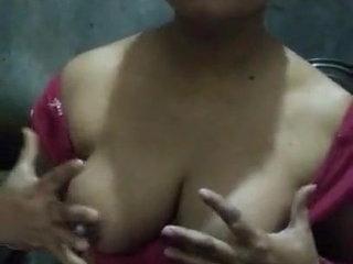 North aunty boob show in Saree